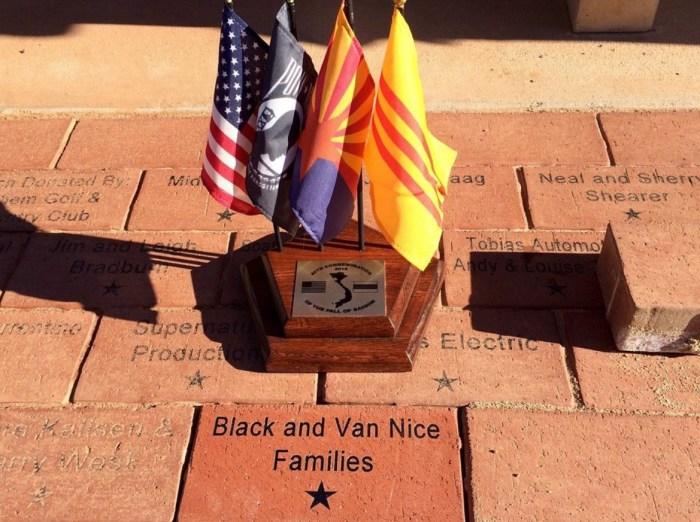 На красной плитке Почётного круга увековечены имена героев. / Фото: www.tripadvisor.ca