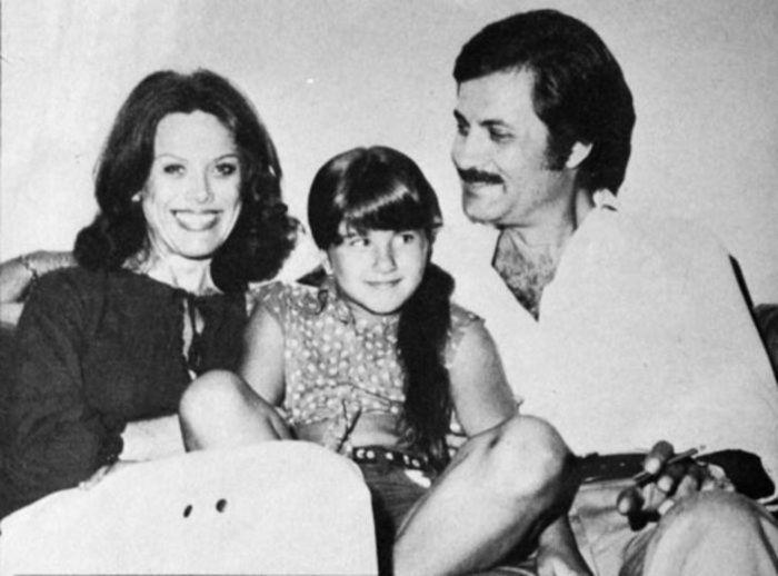 Дженнифер Энистон с родителями в детстве.  / Фото: www.woman.ru