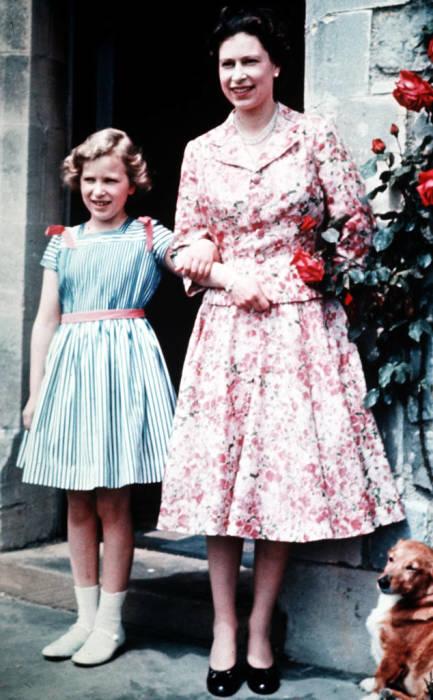 Принцесса Анна с матерью, королевой Великобритании Елизаветой II, 1959. / Фото: www.eonline.com