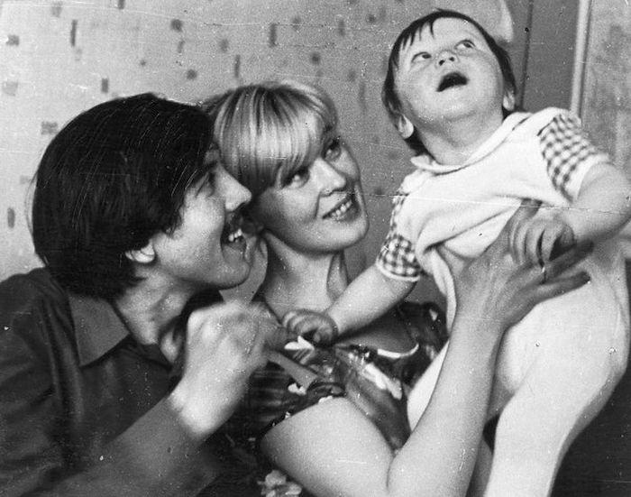 Валерий Золотухин и Нина Шацкая с сыном Денисом. / Фото: www.vnikitskom.ru