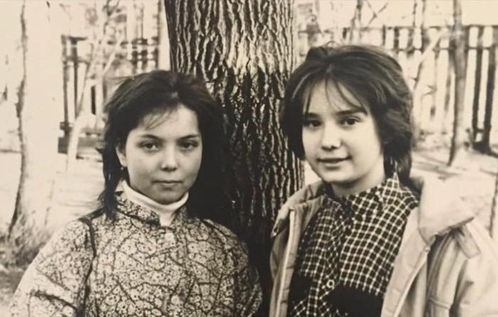 Юная Чулпан Хаматова с подругой. / Фото: www.documental.su