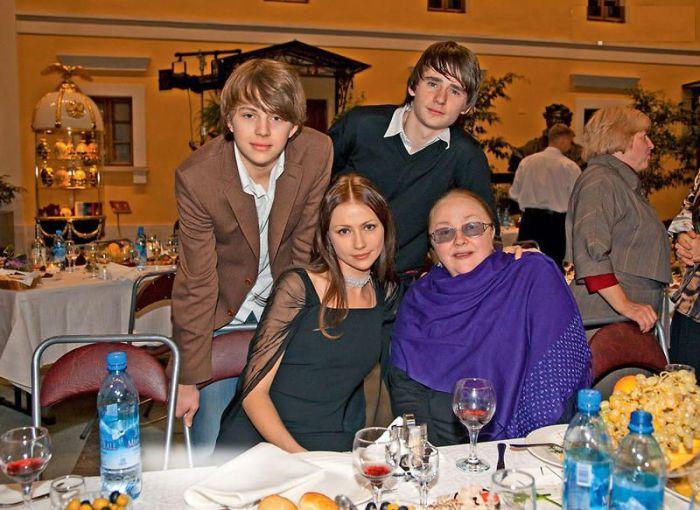 Екатерина Градова с дочерью, сыном и внуком. / Фото: www.7days.ru