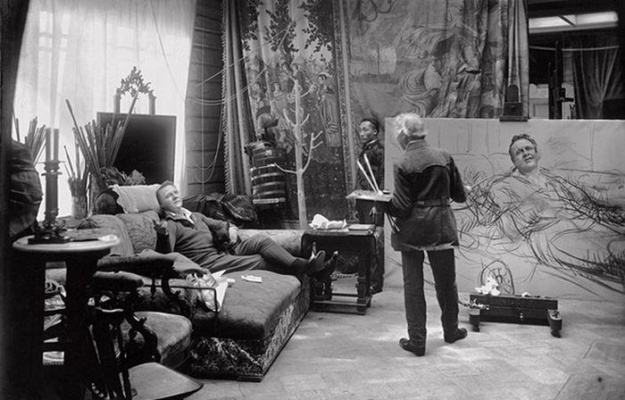 1913 год: Репин в своей зимней мастерской пишет знаменитый портрет Федора Шаляпина. / Фото: www.livejournal.com