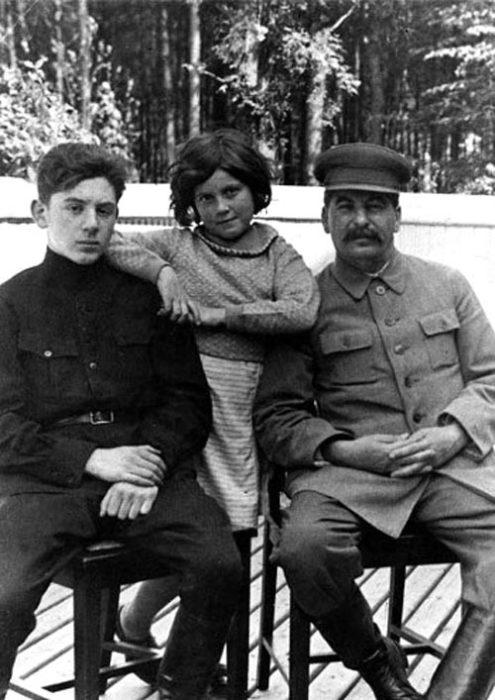 Светлана Сталина с отцом и братом. / Фото: www.eg.ru