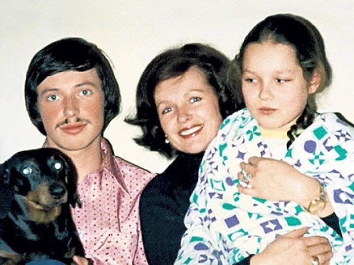 Наталья Фатеева с сыном и дочерью. / Фото: www.brainum.ru