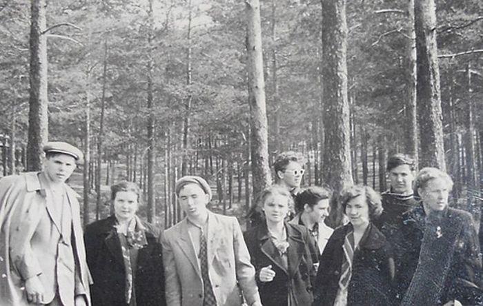Студенты Уральского политеха на пикнике на острове Шарташ. Борис Ельцин второй справа, Наина - третья справа. / Фото: www.perm.kp.ru