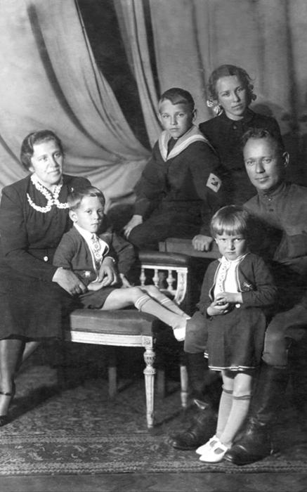 Михаил Шолохов с женой и детьми. / Фото: www.sobaka.ru