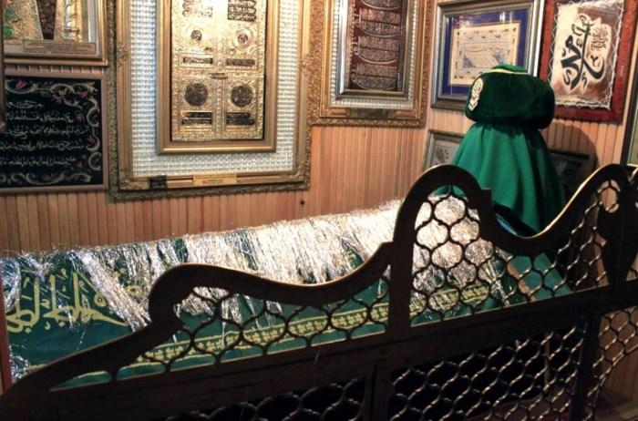 Могила усыпана канителью - серебряными нитями. / Фото: www.aymoli.com