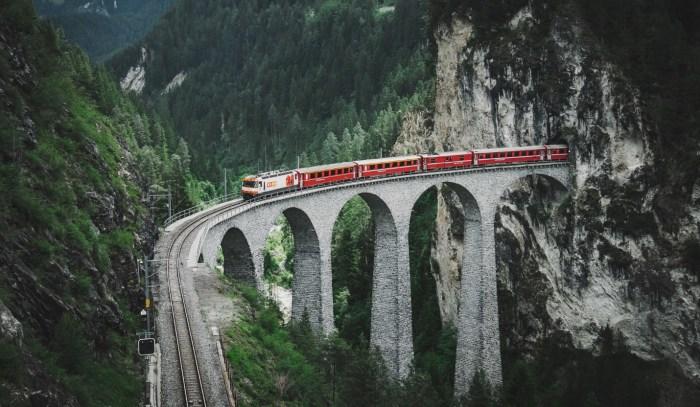 Одним из самых красивых виадуков железнодорожной ветки является Landwasser возле деревни Бергюн. / Фото: www.alltheplacesyouwillgo.com