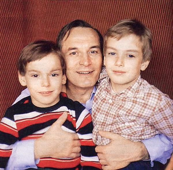 Василий Лановой с сыновьями 1980-е годы. / Фото: личный архив