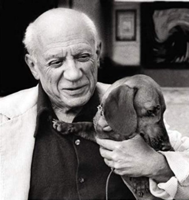 Пабло Пикассо и его Лумп. / Фото: www.i.gr-assets.com