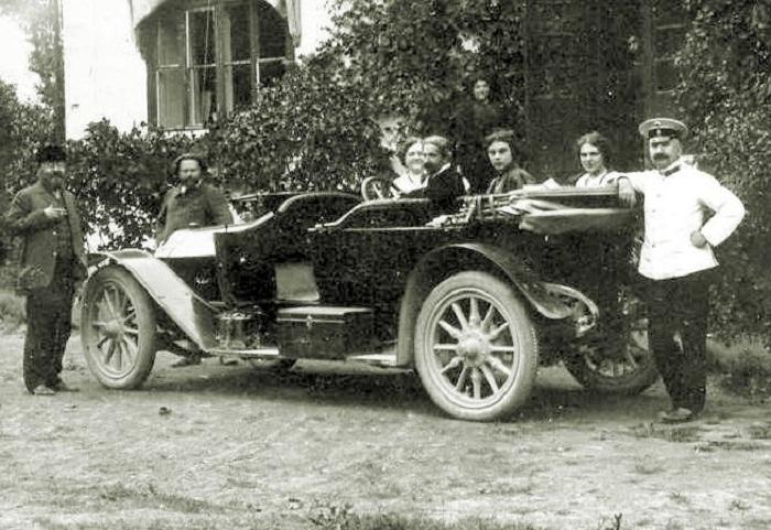 Михаил Латри на фото за рулем.