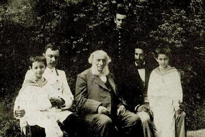 Иван Айвазовский с внуками и зятьями.