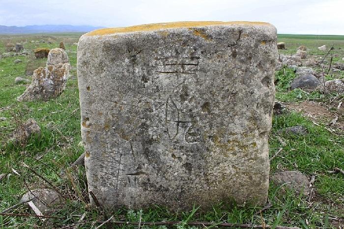 Один из древних надгробий на холме Наргизтепе.