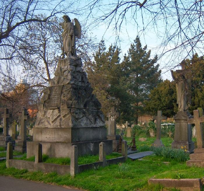 Старинное кладбище викторианской эпохи.