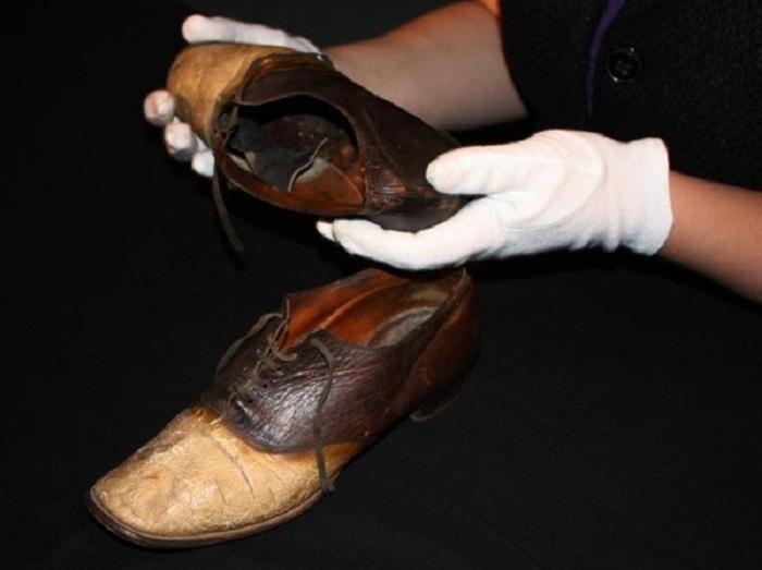 Пара ботинок, изготовленная из  кожи грабителя Джордж Пэррот.
