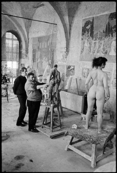 В мастерской скульптора.