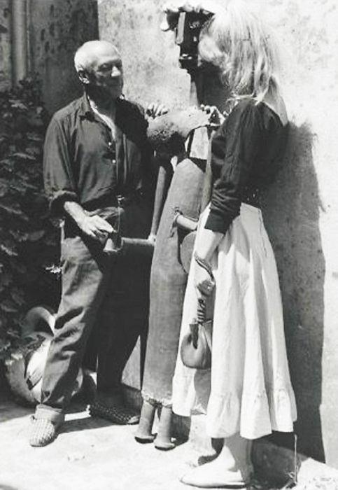 Пабло Пикассо и Сильветт Давид. (1954). Фото: Тоби Еллинек (жених Сильветт).