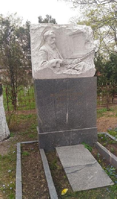 Могила Василия Перова на кладбище Донского монастыря в Москве