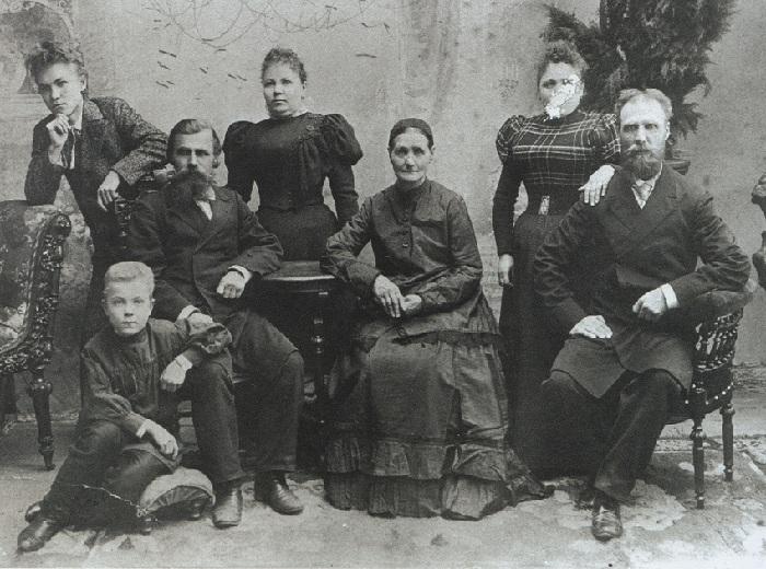 Семья Фешиных.(Николай в верхнем ряду слева.