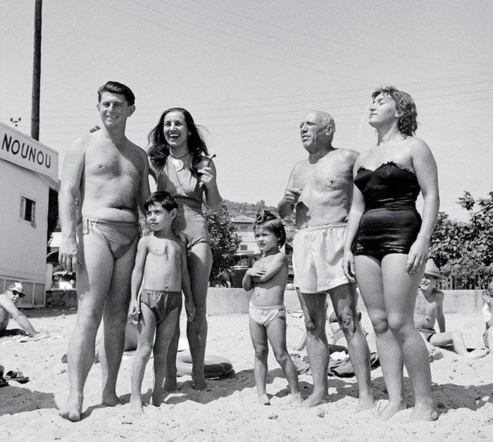 Пикассо с Франсуазой, Майей, Клодом, Паломой на отдыхе.