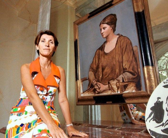 Марина с портретом бабушки Ольги Хохловой.