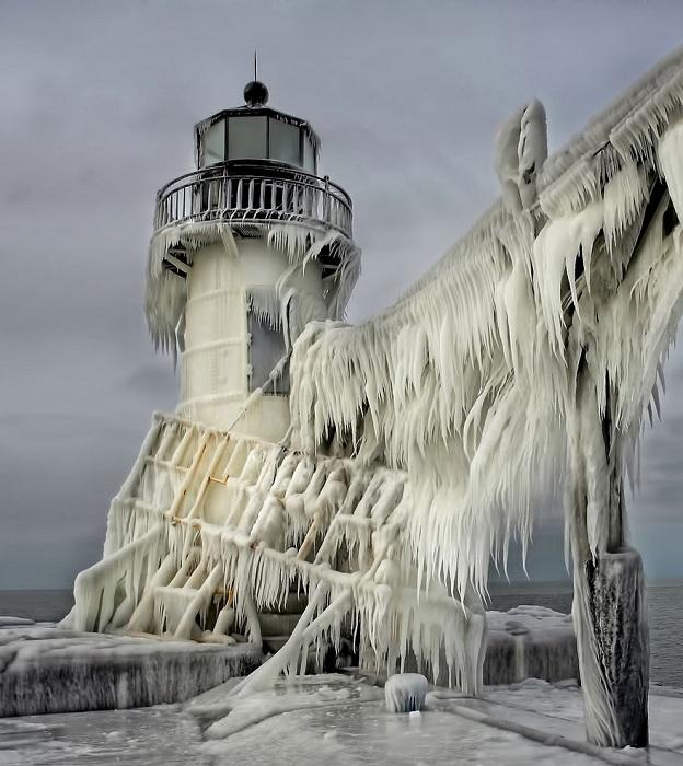 Замерзший маяк на берегу озера Мичиган в США на время превращается в замок Снежной Королевы.