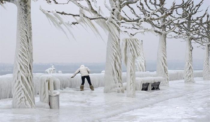 Набережная Женевского озера в Версуа, Швейцария.