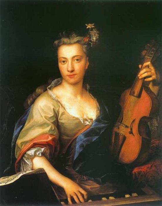 Молодая женщина играет на альта да-гамба.