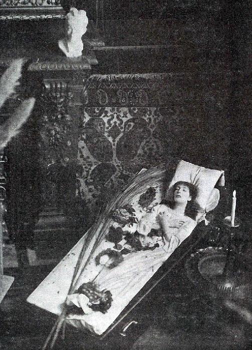Инсценированное фото. Сара в гробу.