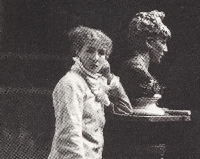 Сара Бернар в своей мастерской.