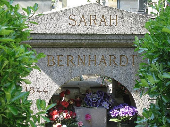 Надгробный памятник Сары Бернар.
