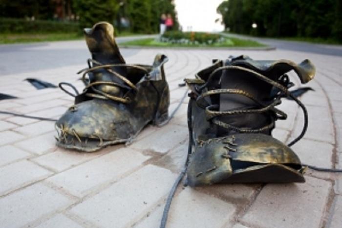 Памятник ботинку безымянного дачника, Зеленогорск. Россия.