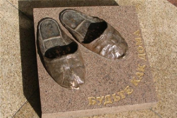 Памятник домашним тапочкам в Томске. Россия.