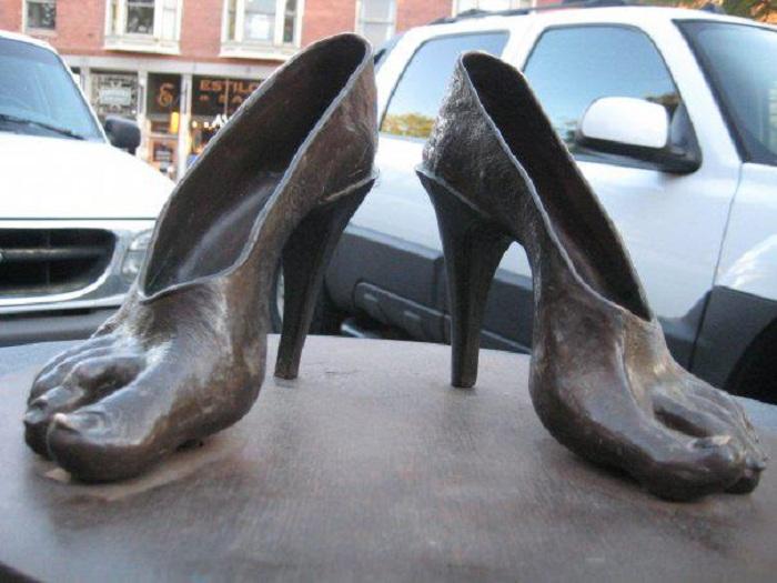 Памятник туфлям в Нью-Йорке. США.