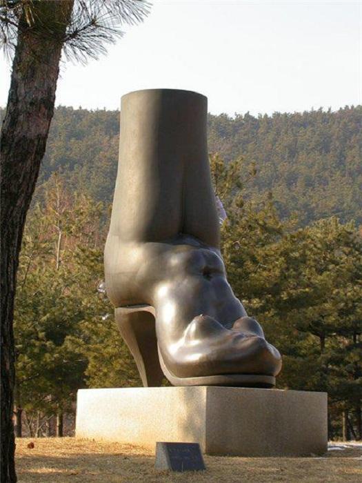Памятник женскому сапогу в Ансане. Южная Корея.