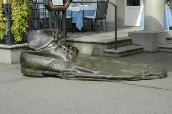 Памятник ботинку. Германия.