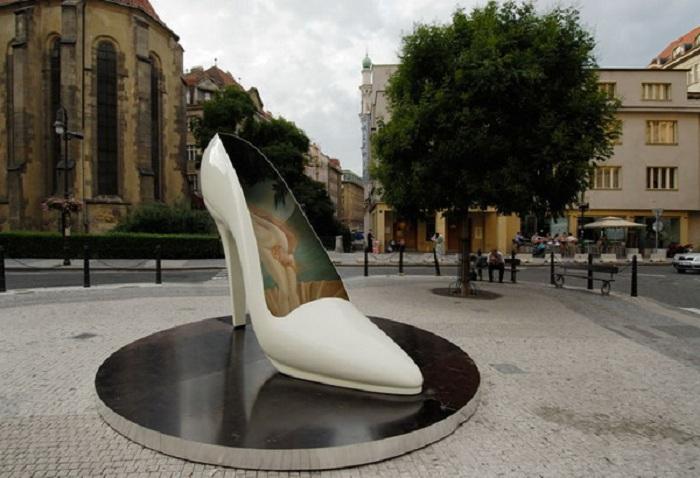Памятник женской туфельке в Праге. Чехия.