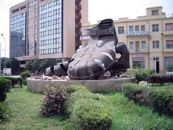 Памятник мужским сандалиям в Эритрее. Африка.