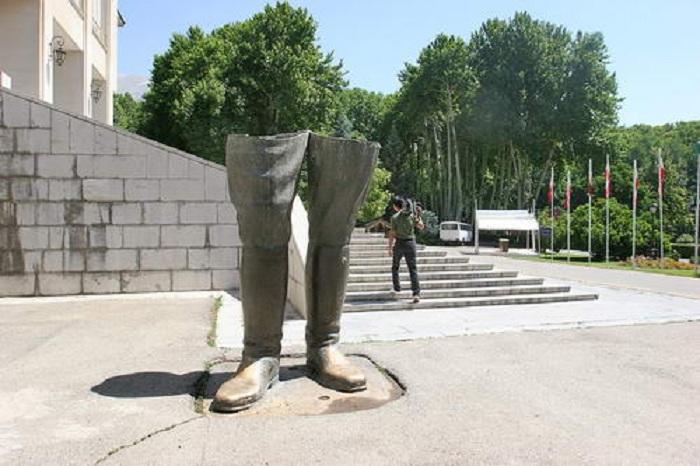 Памятник сапогам в Тагеране. Иран.