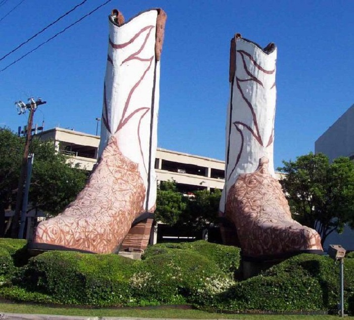 Памятник сапогам в Сан-Антонио. США.