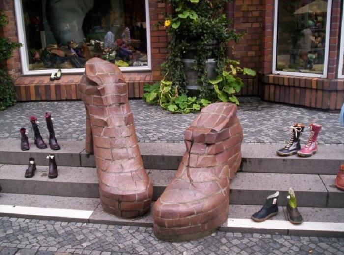 Памятник ботинкам в Ростоке. Германия.