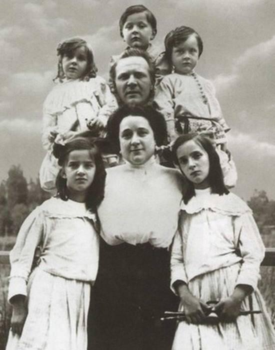 Федор Шаляпин с Иолой и детьми.