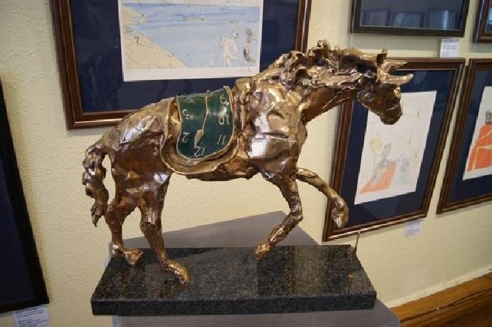 Лошадь под седлом времени. Автор: Сальвадор Дали.   Фото: dolzhenkov.ru.