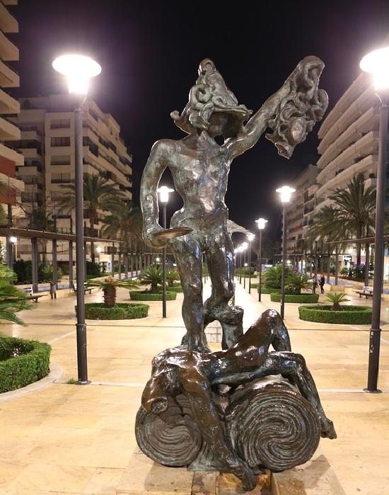 Персей. Сюрреалистическая скульптура Сальвадора Дали.   Фото: lpsphoto.ru.