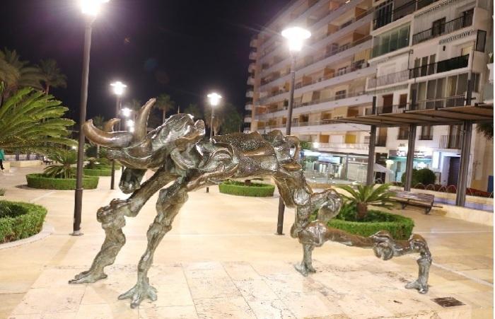 Сюрреалистическая скульптура Сальвадора Дали.   Фото: lpsphoto.ru.