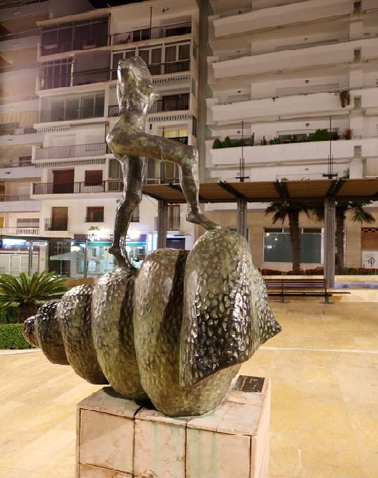 . Сюрреалистическая скульптура Сальвадора Дали.  Фото: lpsphoto.ru.