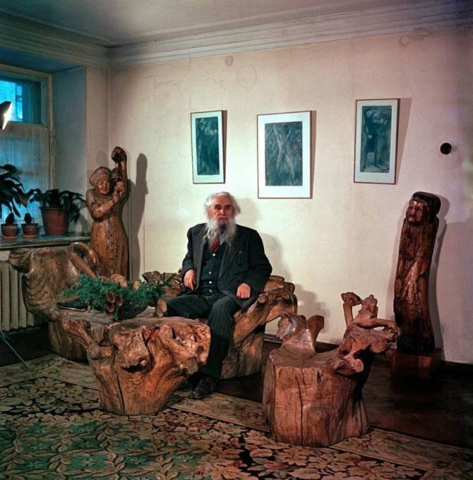 Сергей Коненков среди своих работ.