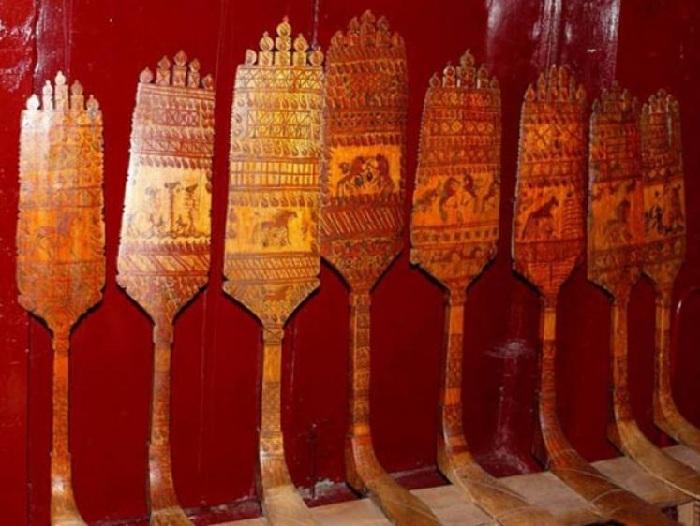 Старинные прялки. (Древнейшая прялка с палащельской росписью датирована 1815 годом).