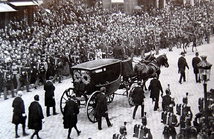 Похоронная процессия провожает в последний путь Виктора Гюго.